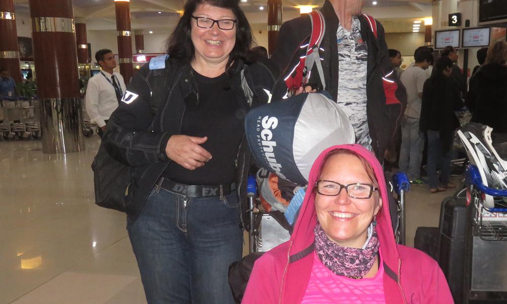 Eija ja Susanna onnellisesti Delhissä.