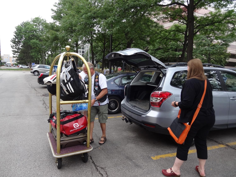 """Amy juuri kertomassa Karille, että """"viitsitkö pakata kamat takaisin autoon, mennäänkin toiseen hotelliin!"""