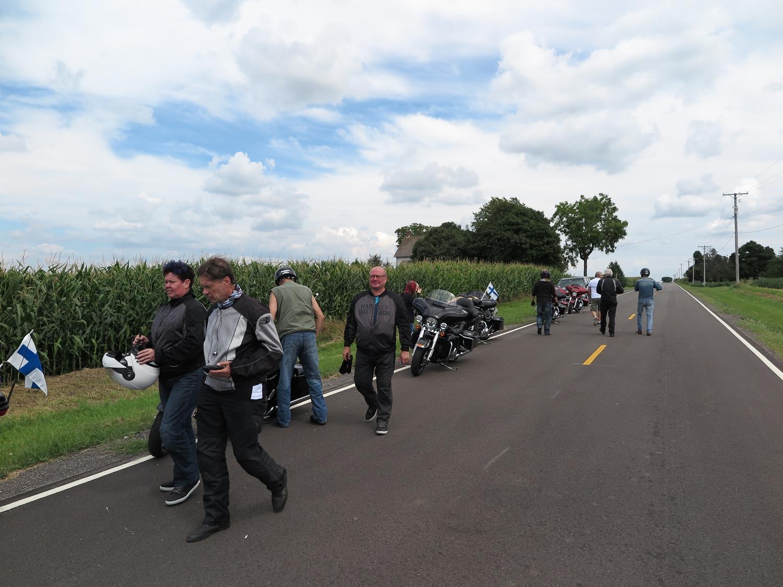 Neuvonpitoa vanhan kuuskutosen varrella Illinoisin maissipeltojen keskellä. Tuumailun tulos oli, että nyt mennään Interstatelle, jotta ehditään vielä Pontiacin 66-museoon.