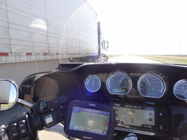 Huomaa navin näyttämä nopeuteni km/h ja minä muuten en ollut ohittamassa rekkaa oikealta!