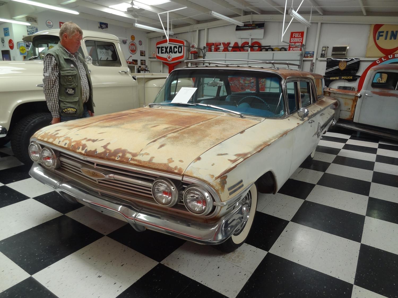 """""""Aika pahan näköinen maalipinta"""", tuumaa Esa. Itse asiassa auto oli aivan viimeisen päälle laitettu ja entisöity 60- luvun Chevy Nomad, jonka puoliruostunut ulkokuori on tarkoituksella tehty tuollaiseksi."""