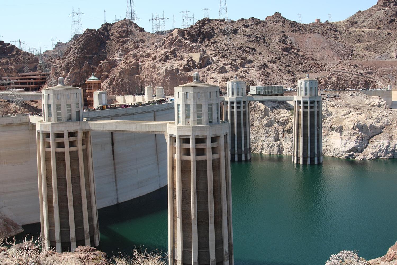 Hooverin pato, jonka pidättelemä Lake Meadin veden pinta oli yhtä alhaalla vuonna 2009, jolloin kävin täällä ensimmäisen kerran. Mutta sähkö vain ei näytä loppuvan Las Vegasista...