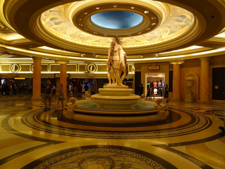 Yksi Caesar's Palacen monista sisääntuloauloista.