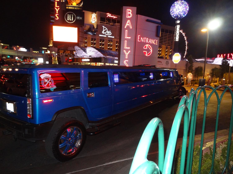 Täällä kaikki on suurempaa. Jopa tämä jatkettu Hummer oli niin pitkä, että kuskilla oli vaikeuksia saada se taittumaan pääkadulta yhden hotellin pihaan. Tosin kuskina näytti olleen viehko blondi...
