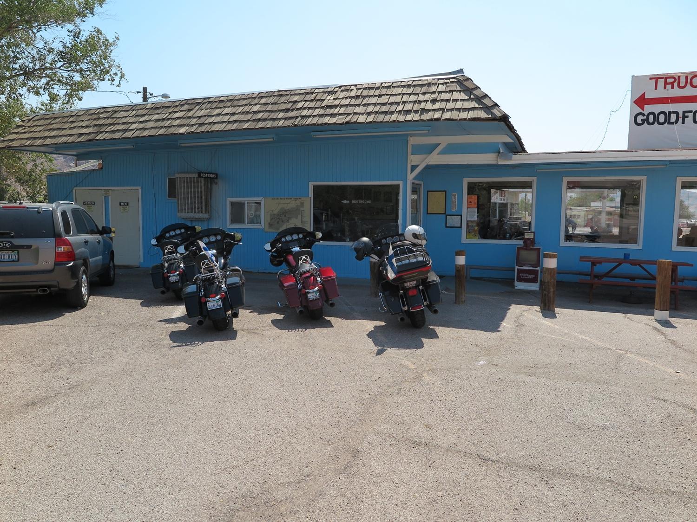 Brunssilla Mel's Dinerissa ja kylähän on nimeltään Beatty, Nevada.