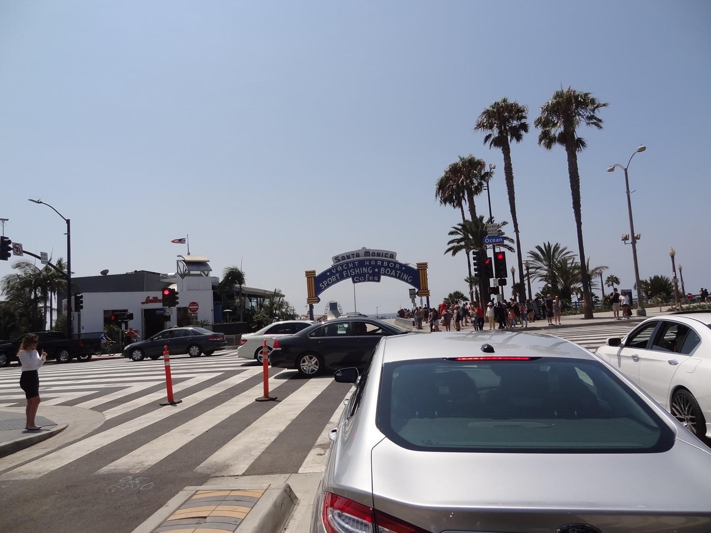 Route 66:n päätepiste häämötti jo. Tuon kaaren alta laskeuduttiin Santa Monica Pierille.