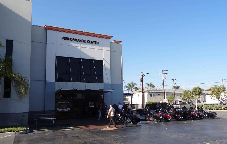 """Los Angeles Harley Davidsonin huolto-osasto, jonka edustalle parkkeerasimme pyörämme. Eräät matkalaisistamme kiinnittivät huomiota tekstiin """"Performance Center"""". Pitivät """"performance""""- sanaa vahvasti liioiteltuna..."""