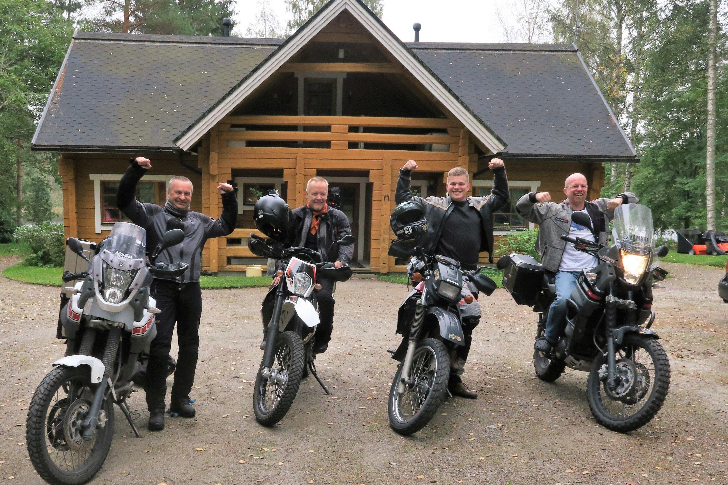 PeterPanBiken tutkimusryhmä lähtövalmiina vasemmalta oikealle: Pekka (Yamaha Tenere 660), Matti (KTM Enduro 690), Dani (Kawasaki KLR650) ja Peter (Yamaha Tenere 660)