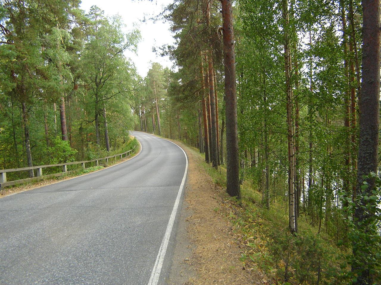 Ensimmäinen maantie harjulle rakennettiin 1700-luvulla, ja sen kautta kulki yhteys Savonlinnasta Viipuriin. Tietä pidettiin varsin vaarallisena, koska se kulki paikoitellen jyrkkärinteisen harjun laella.