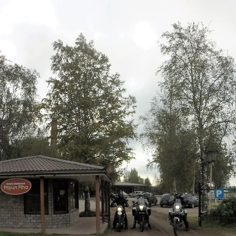 """Yötä oltiin Sortavalassa """"Piipun Piha"""" hotellissa - Hyvät huoneet, sauna ja Laatokan ranta! Iso, vartioitu parkkipaikka mopoille... Ravintola ei mitenkään erikoinen ja siksi suosittelen """"Cafe Relax"""" Karjalankadulla, noin kilsan päässä hotellista... Nam nam..."""