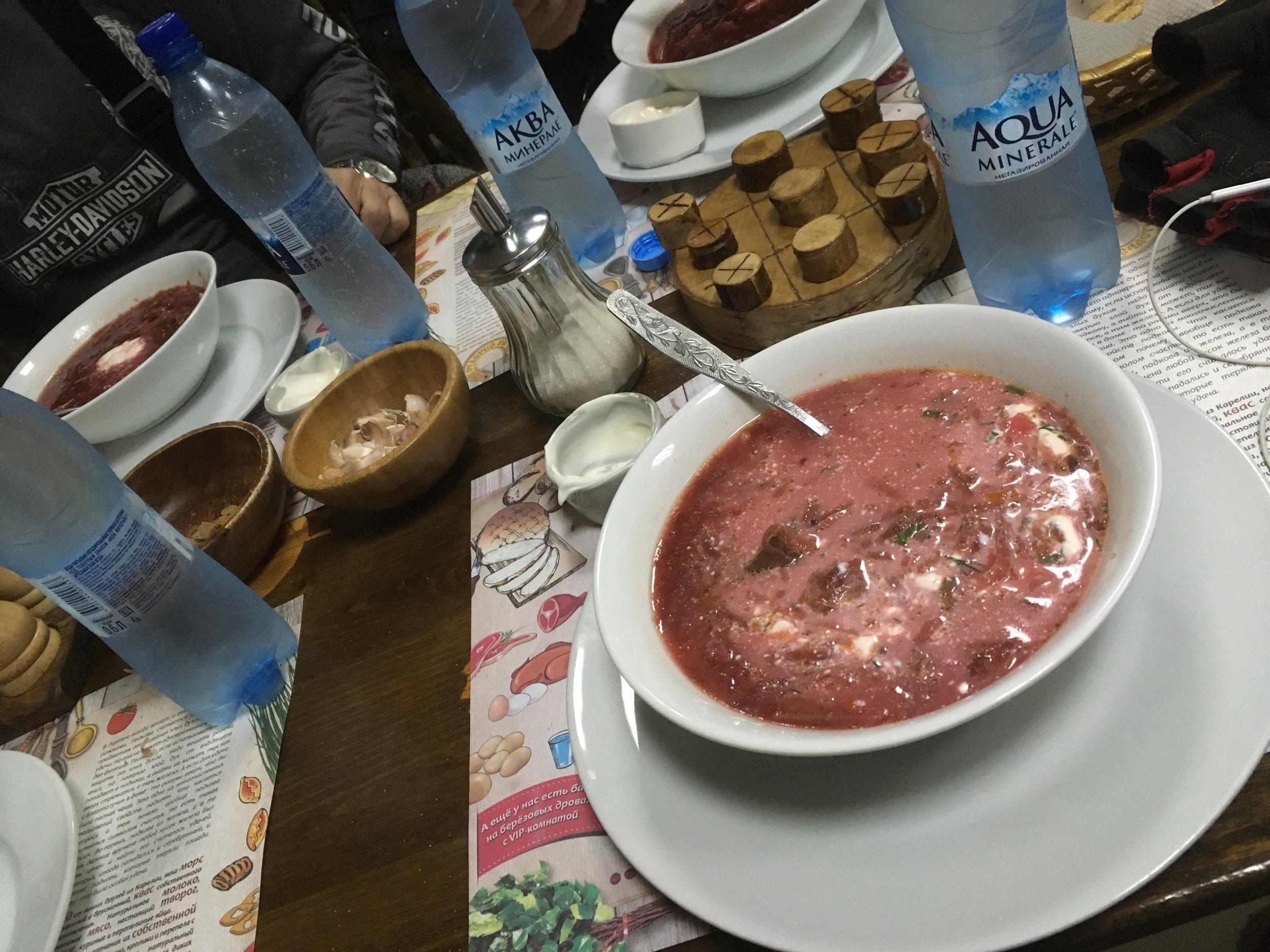 Borssikeitto on ehkä Venäjän tunnetuimpia ruokia. Borssi tarjoillaan kuumana smetanan ja usein myös paahtoleivän tai paikallisen leivän kera.