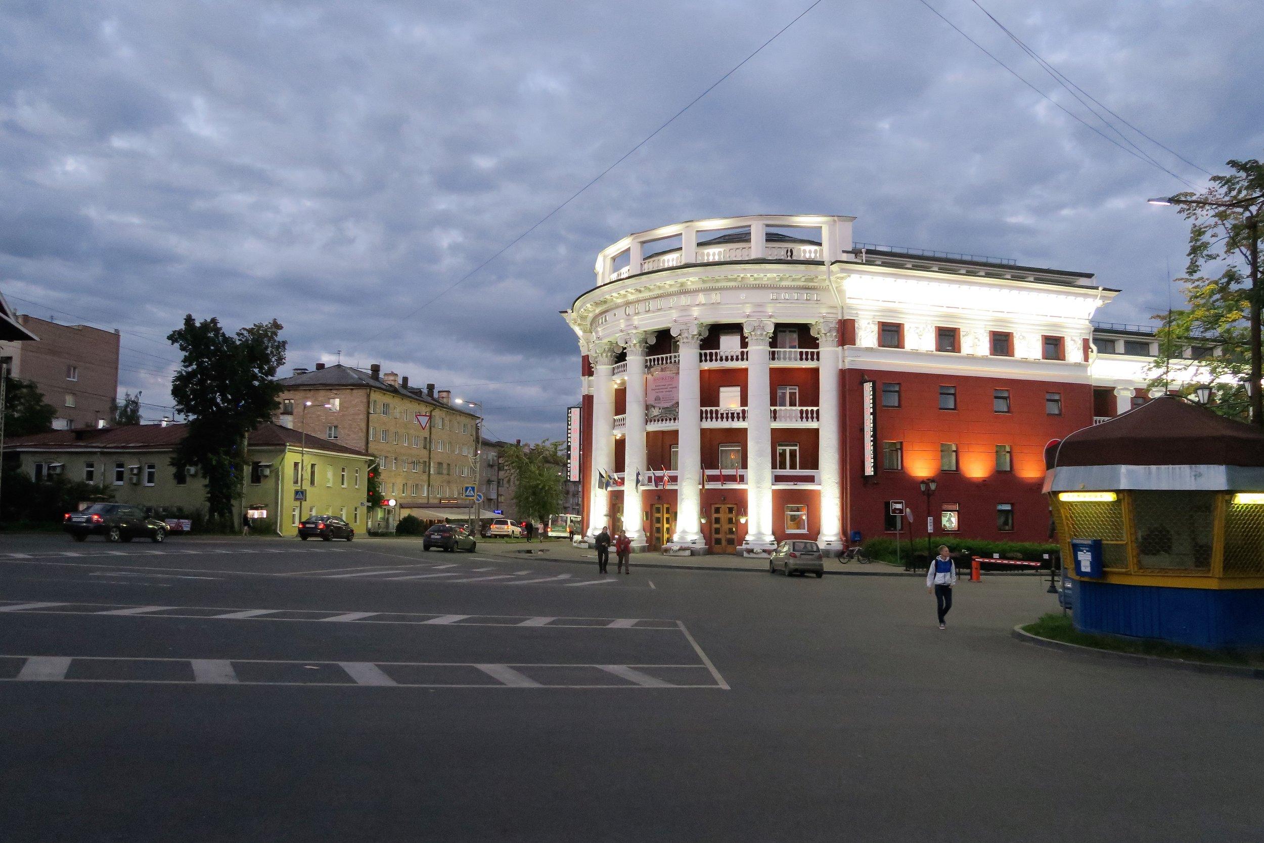 """Majoiduttiin keskustassa """"Pohjola"""" hotellissa - hyvät huonet, sijainti ja vartioitu parkkipaikka mopoille... Vieressä on myös erinomainen Karjalan keittiöön pohjautuvaa ravintola..."""