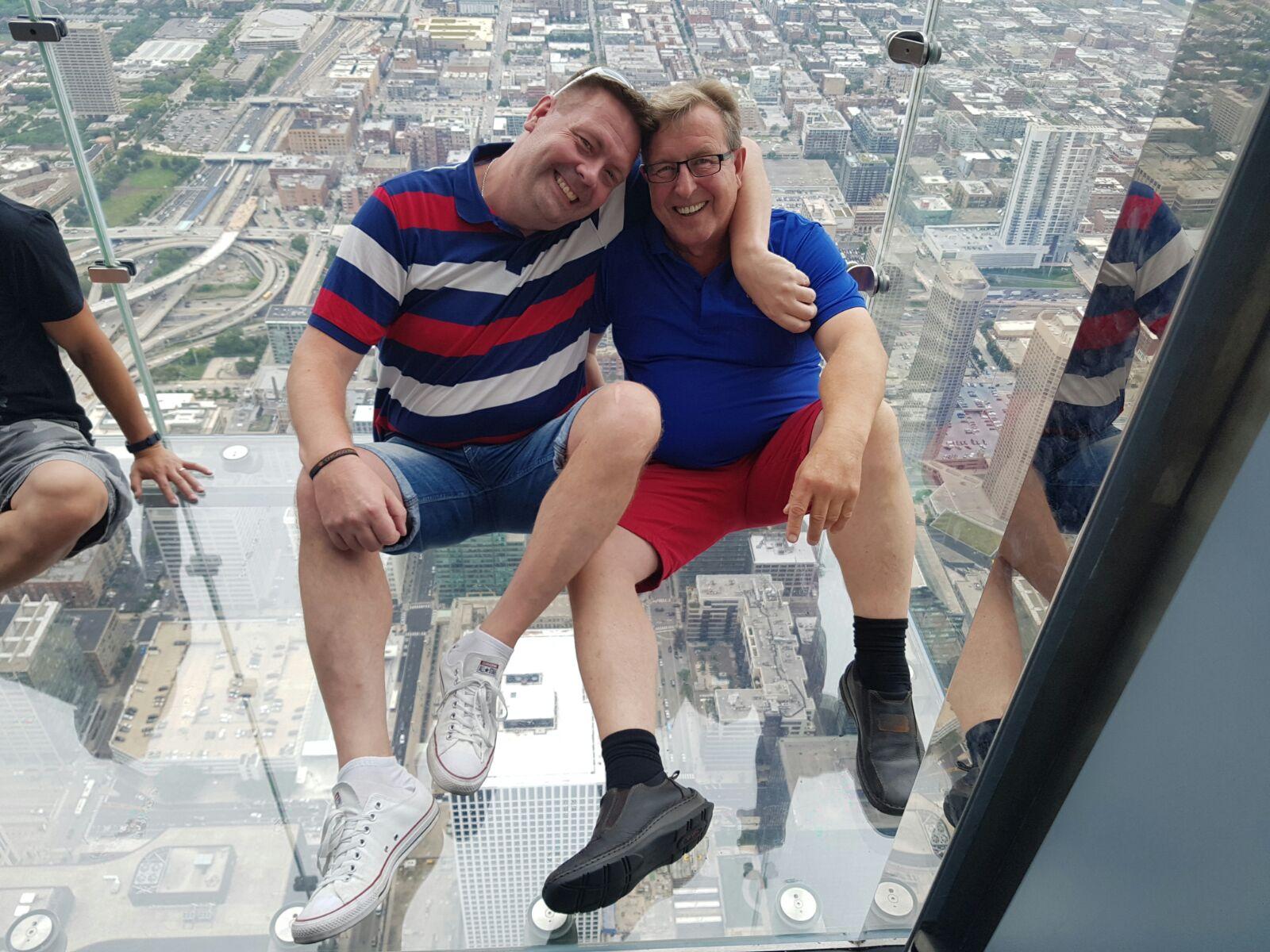 Willis Tower valloitettu, Mika & Leo pelkäämässä lasiparvekkeella.