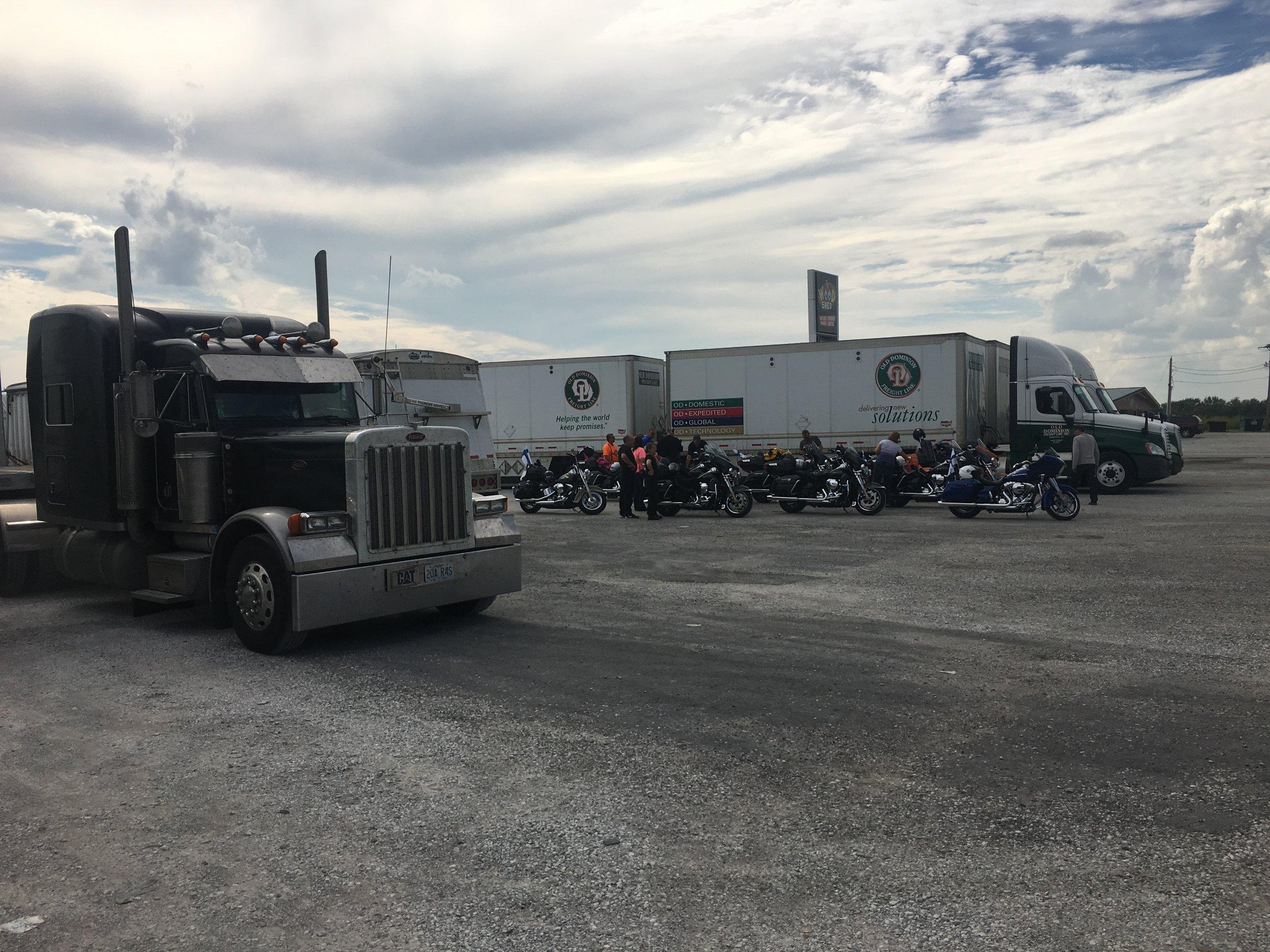 Hmmmmm... Harleyt rekkaparkissa Buffalo Ranchilla?