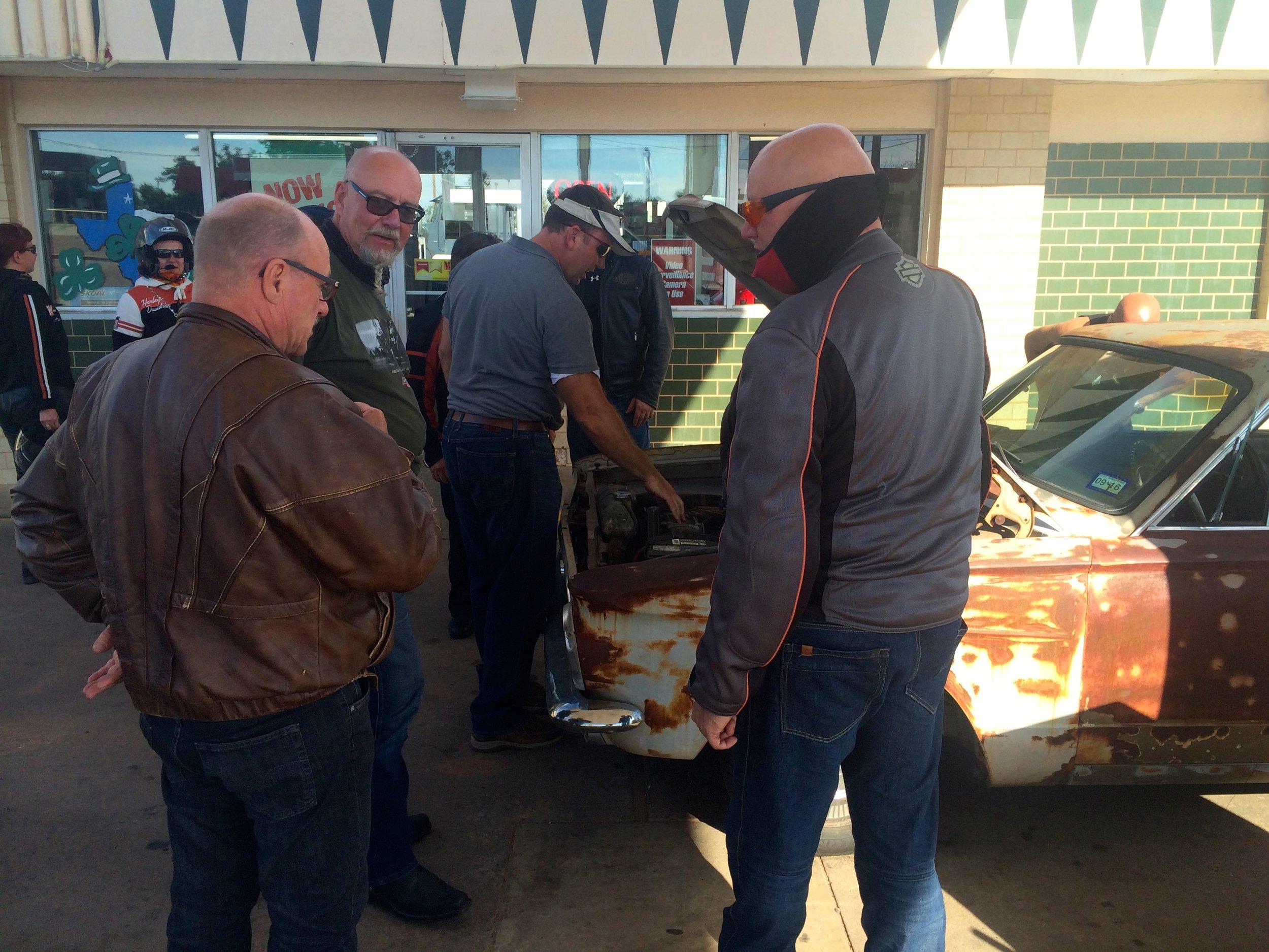 Plymounth Valiant -65 konepellin alle on ruuhkaa, Shamrock Texas :)