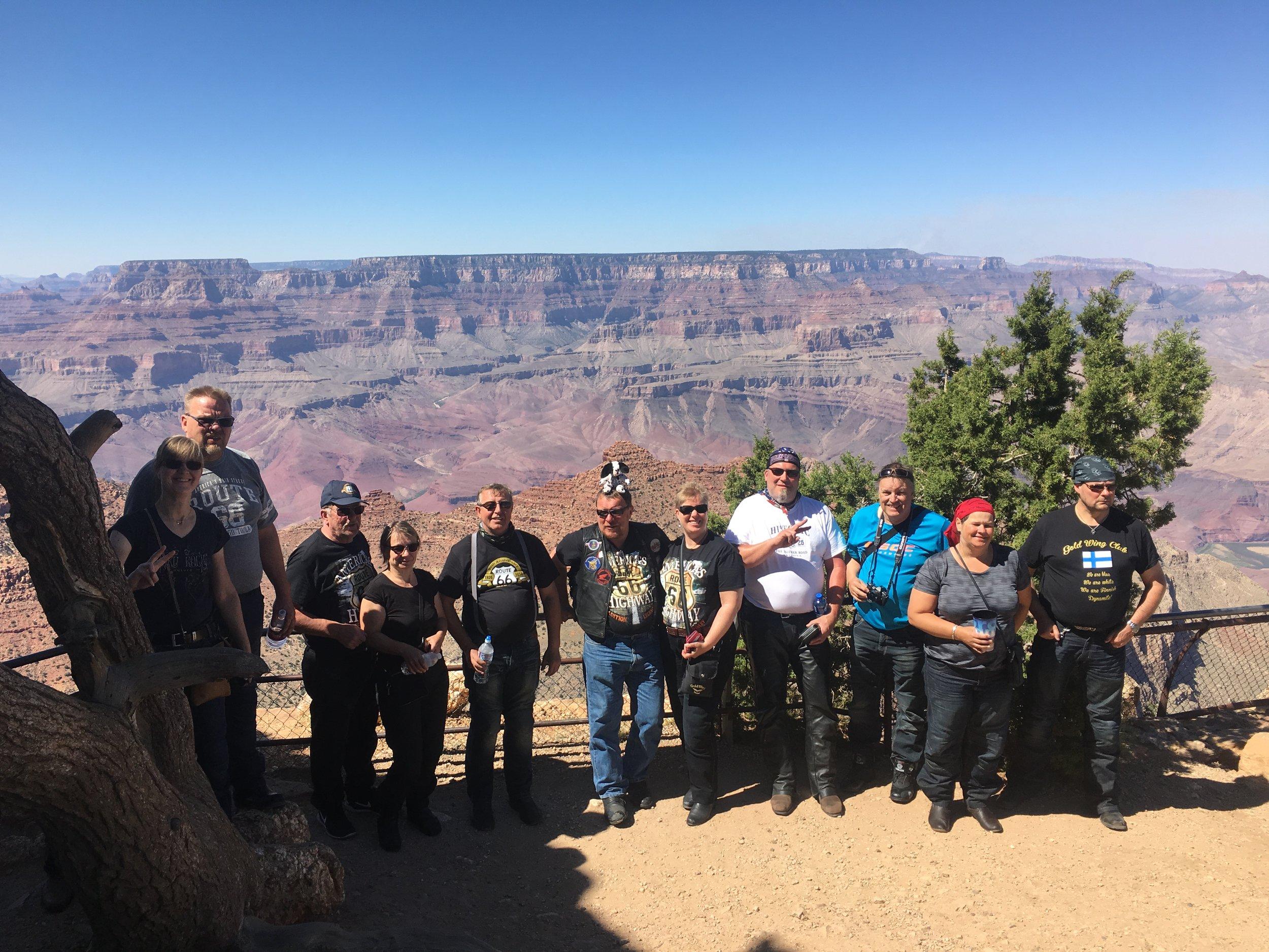 Osa ryhmästä malttoi tulla kuvaan Grand Canyonilla