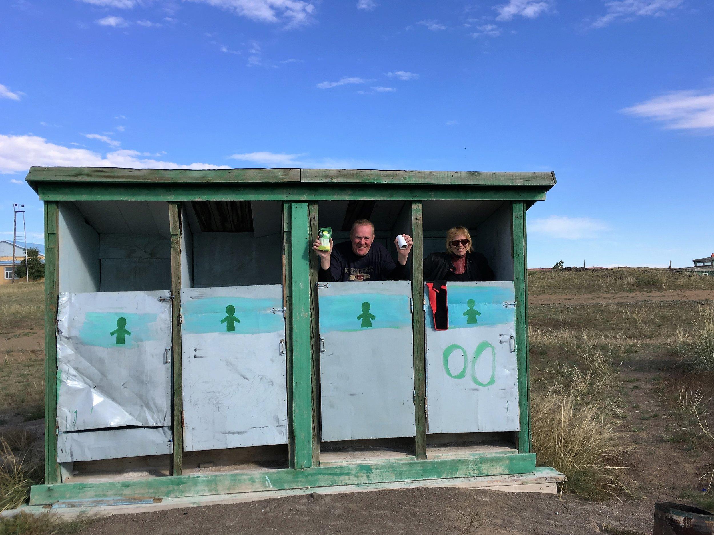 Visa ja Anne löysivät kunnon vessan keskellä autiutta - ilolla ei ollut rajoja :)