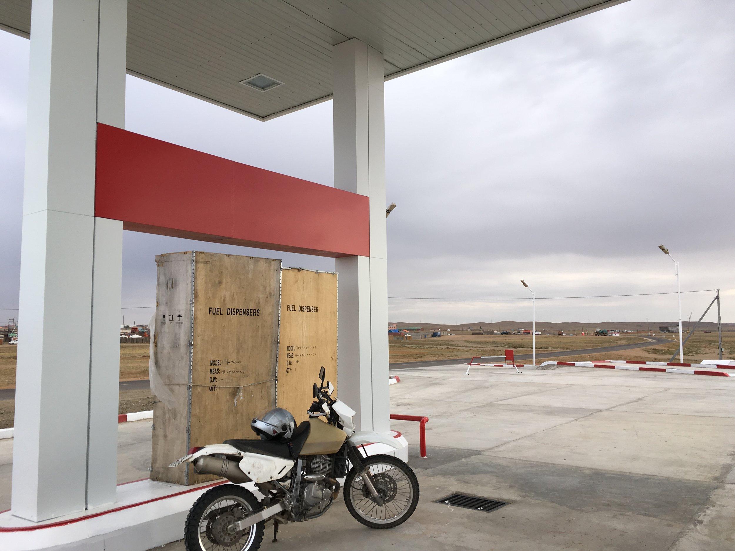 Bensan kanssa Mongoliassa voi tulla yksinmatkustavalla nopeasti äitiä ikävää :) Monet asemat on kiinni ja kylien väli voi olla jopa satoja kilometriä... Huoltoautossa meillä oli mukana aina noin 150 litraa löpöä ja tietysti tankattiin aina mahdollisuuksien mukaan...