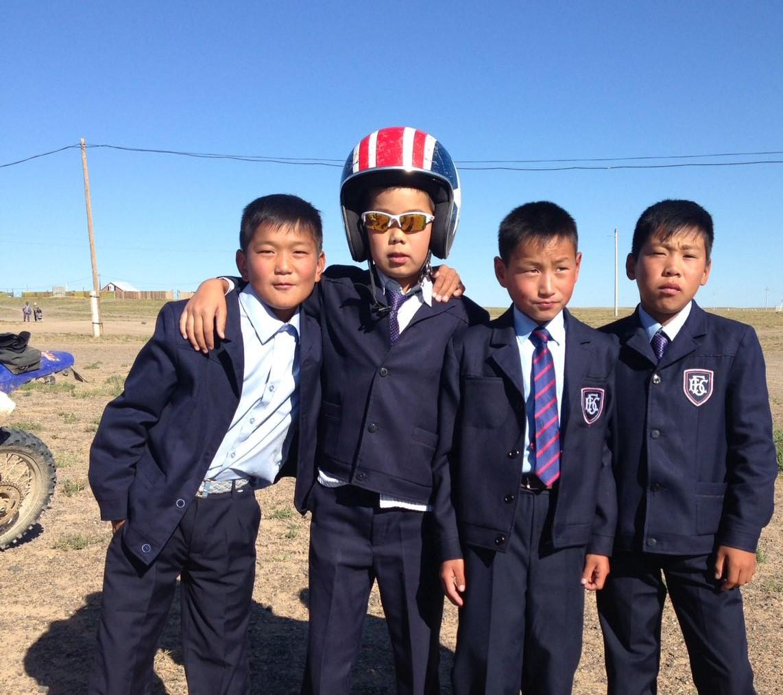 """Olette ehkä kuulleet Naadam Festivaalista? Nämä kaverit ottavat osaa ratsastuskilpailuihin!   Naadam  on kansallinen juhla Mongoliassa, joka pidetään heinäkuun 11 ja 13 välisenä aikana. Tapahtuma tunnetaan myös nimellä """"Eriin Gurvan Naadam""""eli miesten kolme lajia.Nämä lajit ovat mongolialainen paini, ratsastus- ja jousella-ampumisen taito.  Juhla alkaa huolellisesti valmistellulla seremonialla, jonka aikana esiintyy tanssijoita, atleetteja, muusikoita ja ratsumiehiä. Tämän jälkeen alkavat kilpailut. Yhdeksän kierrosta kestäviin painiotteluihin ottaa osaa 512 painijaa. Ratsastuskilpailut ovat aivan omaa luokkaansa. Kun lännessä sprintit ovat tavallisesti vain 2 kilometrin mittaisia, ovat ne Mongoliassa 15–30 kilometrin taipalia. Ratsastajat ovat lapsia, jotkut vasta 5-vuotiaita.  Naadam on maansa seuratuin tapahtuma ja sen arvellaan olevan jo vuosisatoja vanha juhla. Alkujaan se oli uskonnollinen, mutta nykyisin se on erityisesti vuoden 1921 vallankumouksen muistojuhla, jolloin Mongolia julistautui itsenäiseksi."""