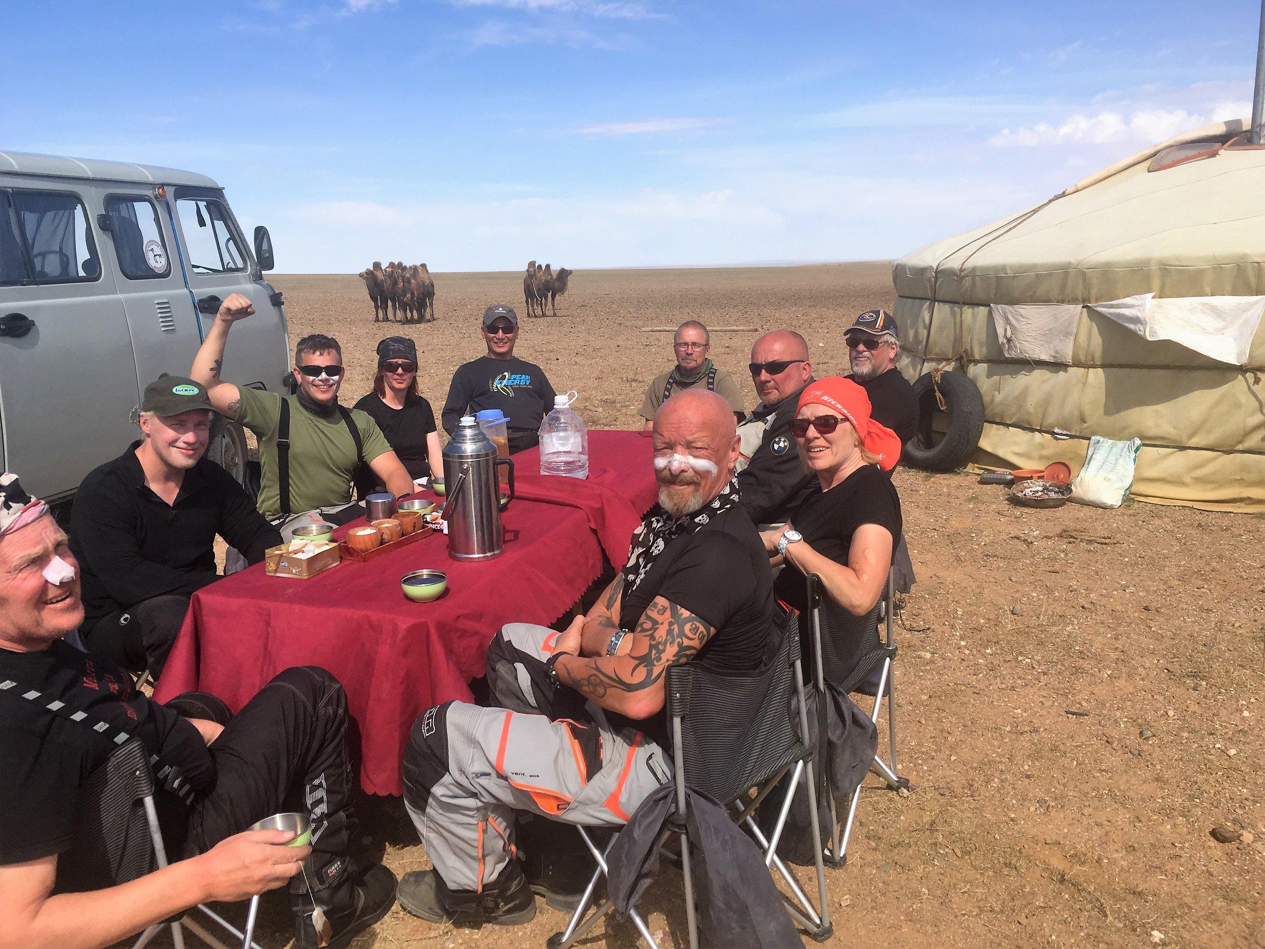 Ryhmä valmiina maistamaan erinomaisia sapuskoita!