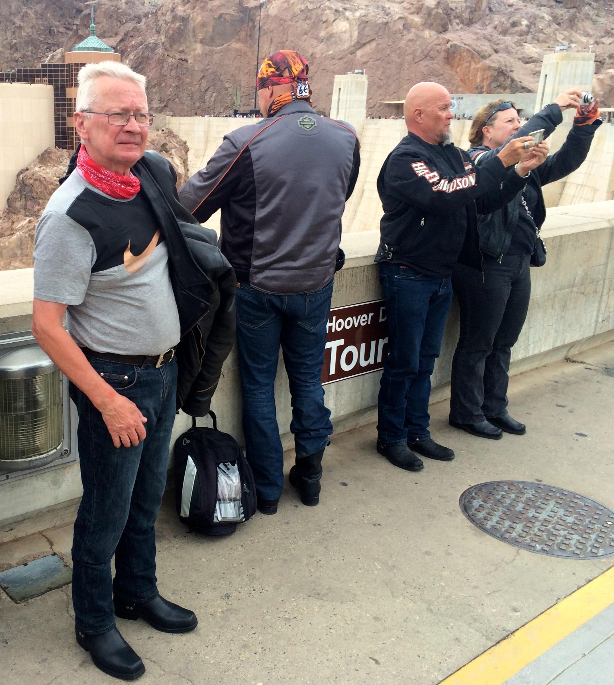 Hoover-selfie puuhissa Topi, Lasse, Timo ja Jaana.