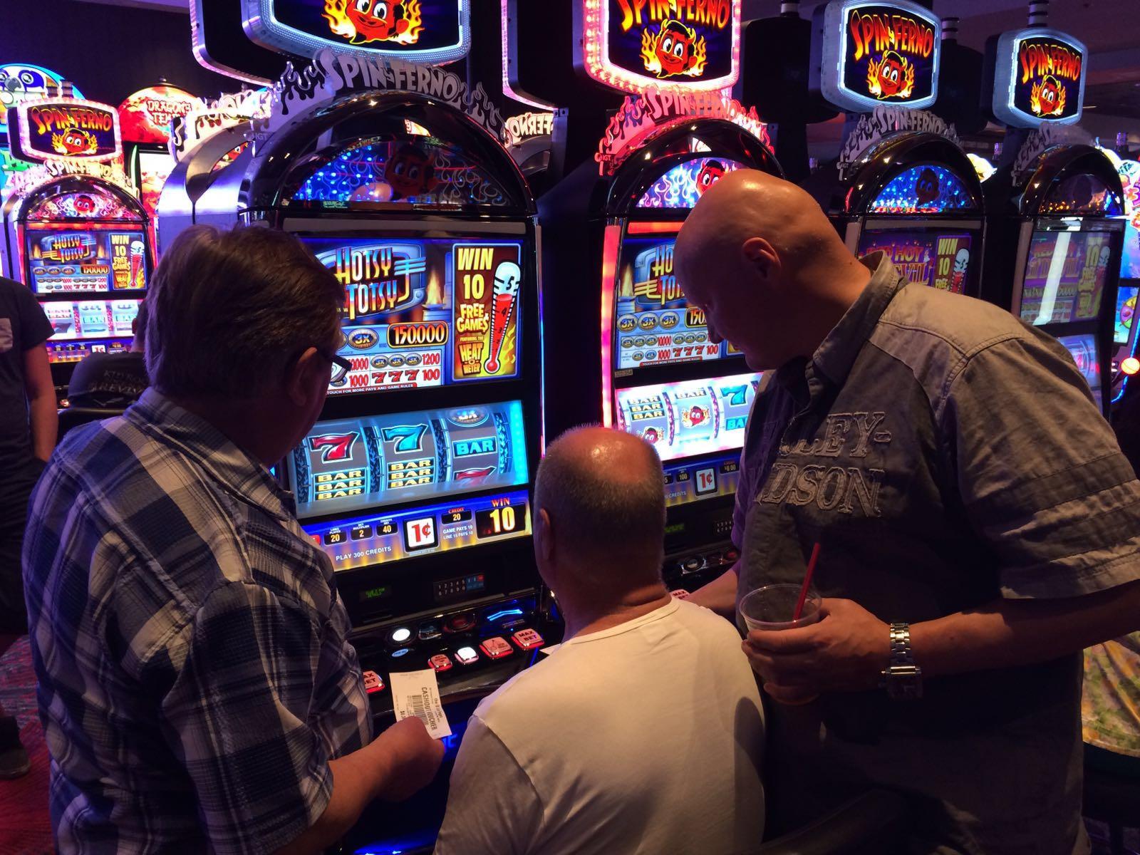 Arvo, Leo ja Lasse tyhjentämässä Grand Casinon taalaholveja :)
