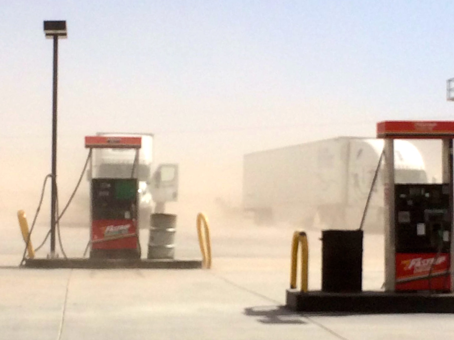 Amargosa Valley bensiksellä on pölyä ilmassa.