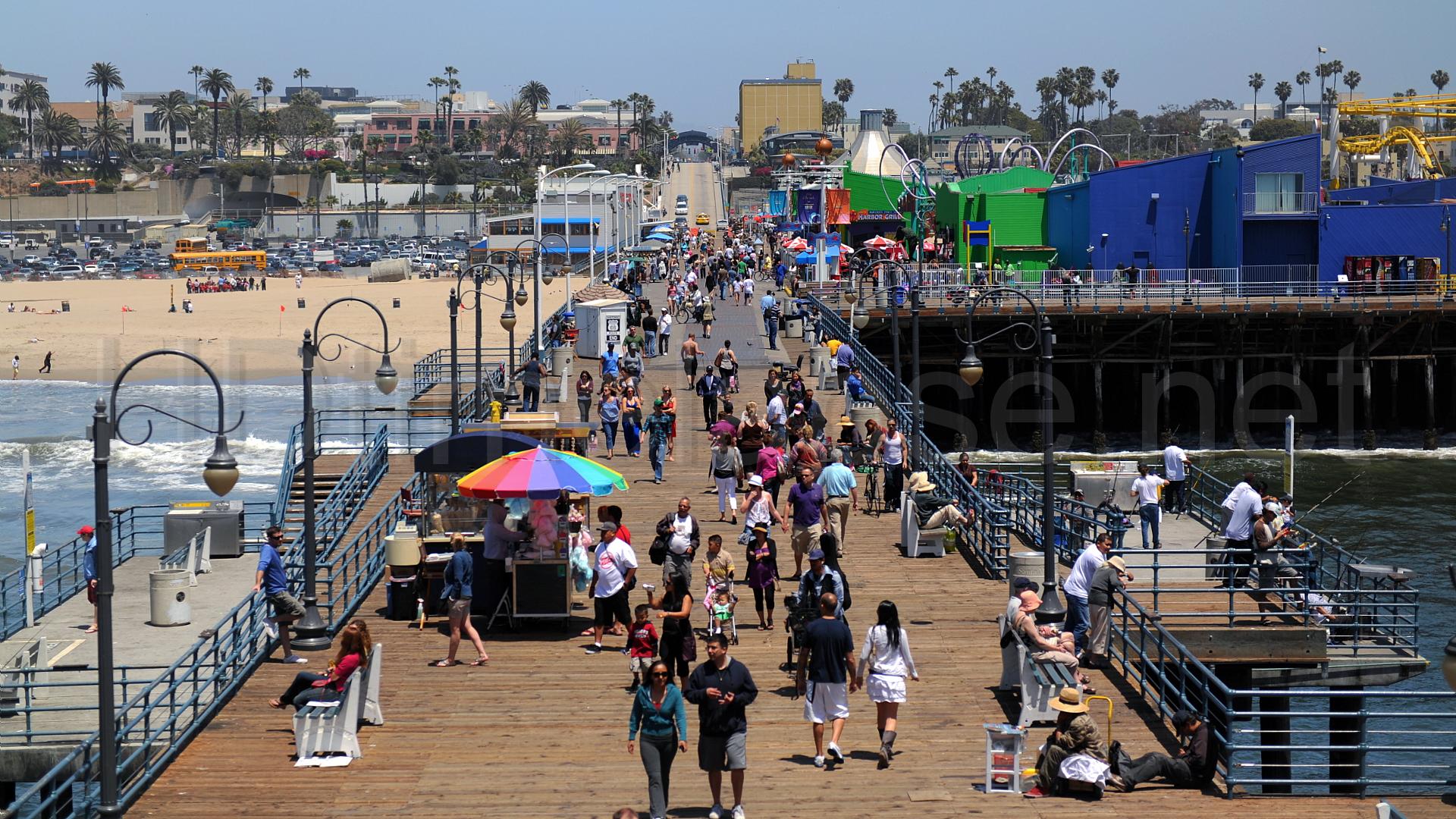Santa Monica Pier on keskiverto kesämökkilaituria huomattavasti vilkkaampi paikka.