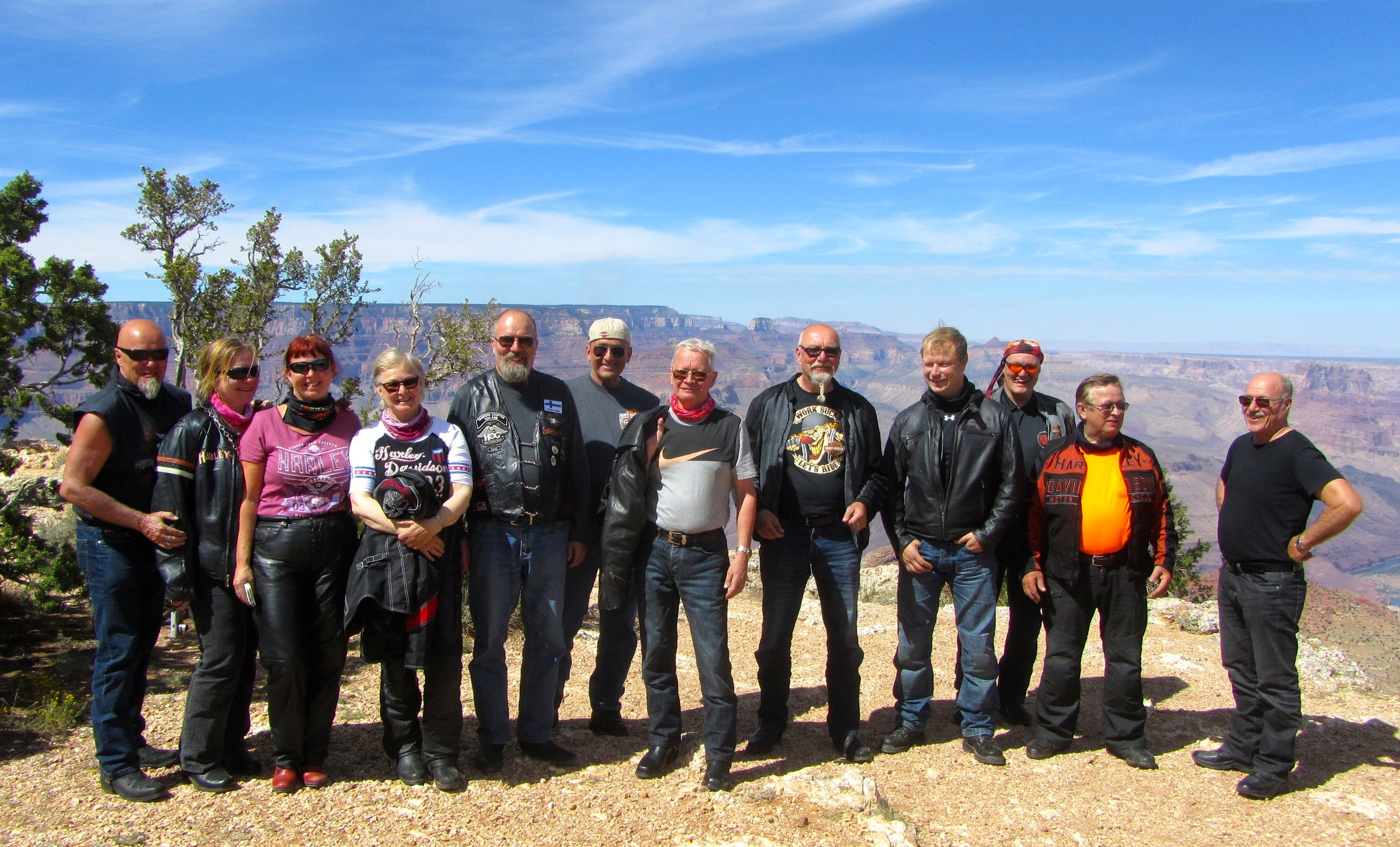 Timo, Jaana, Teija, Sirpa, Tarmo, Mauri, Topi, Timo, Marko, Lasse, Arvo ja Leo. Grand Canyon.