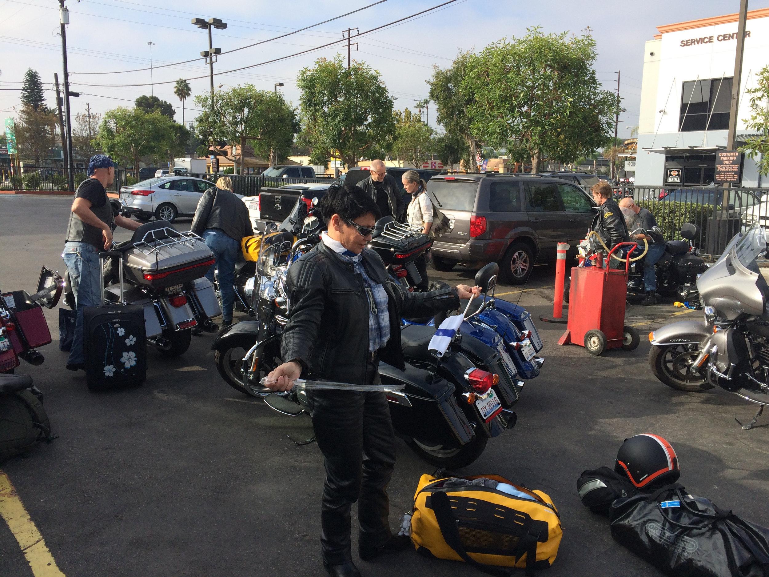 Pakkailua ja sutinaa HD-Anaheimin takapihalla. Tuirelle ajopäivä on myös liputuspäivä :)