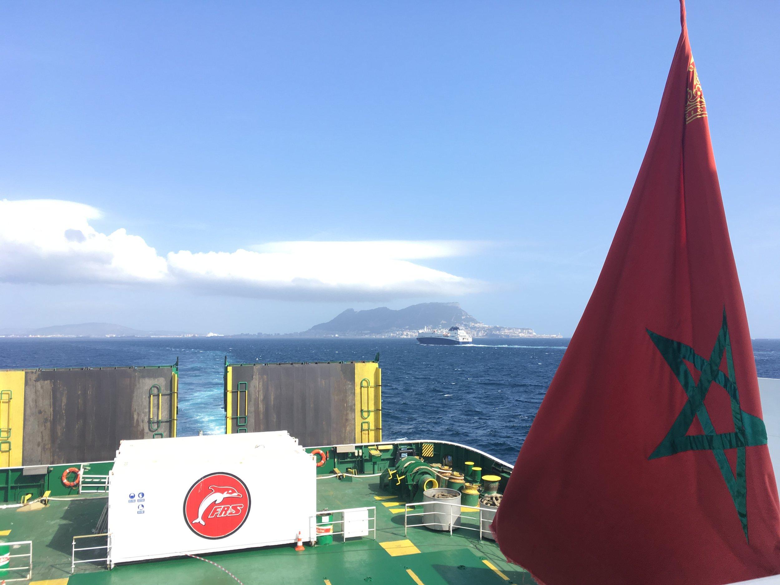 Marokon lippu ja taustalla häämötää Gibraltarin kallio...