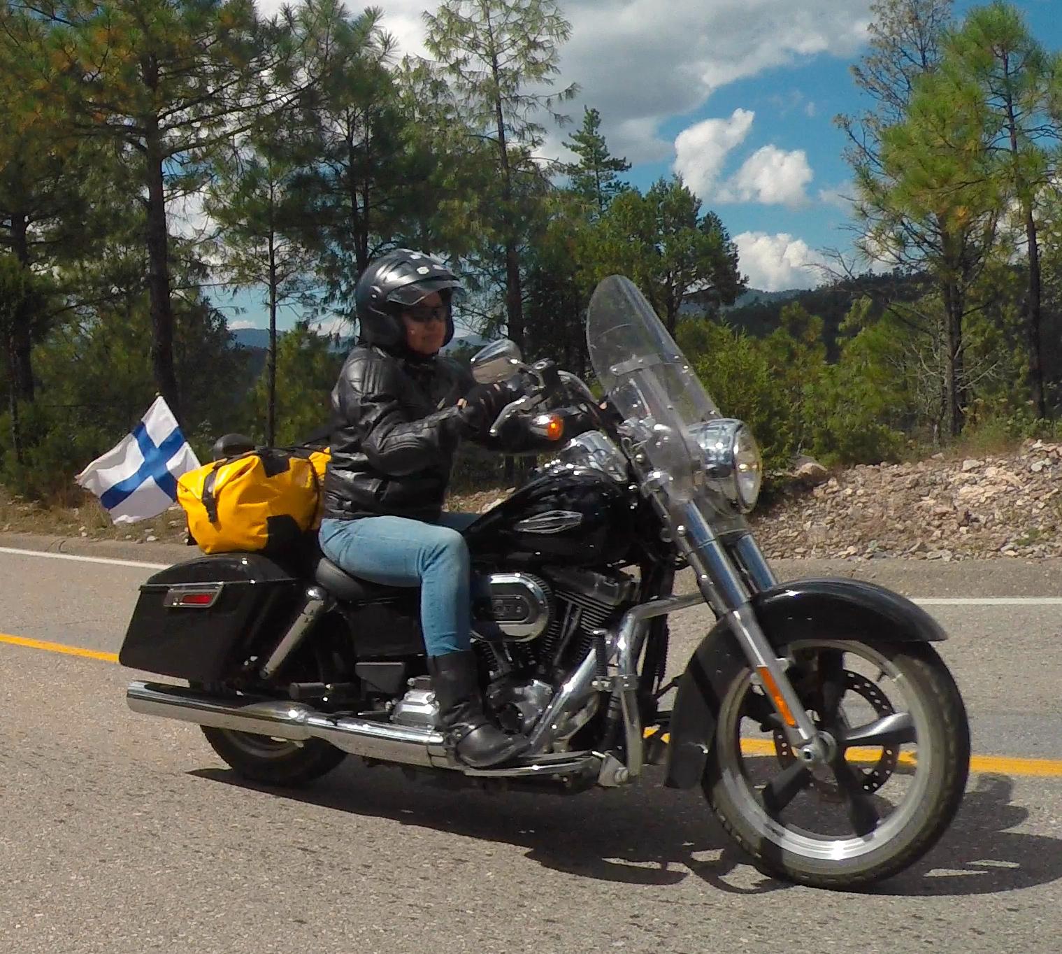 Telle ja Tuire liput hulmuten Sierra Madren maisemissa :)
