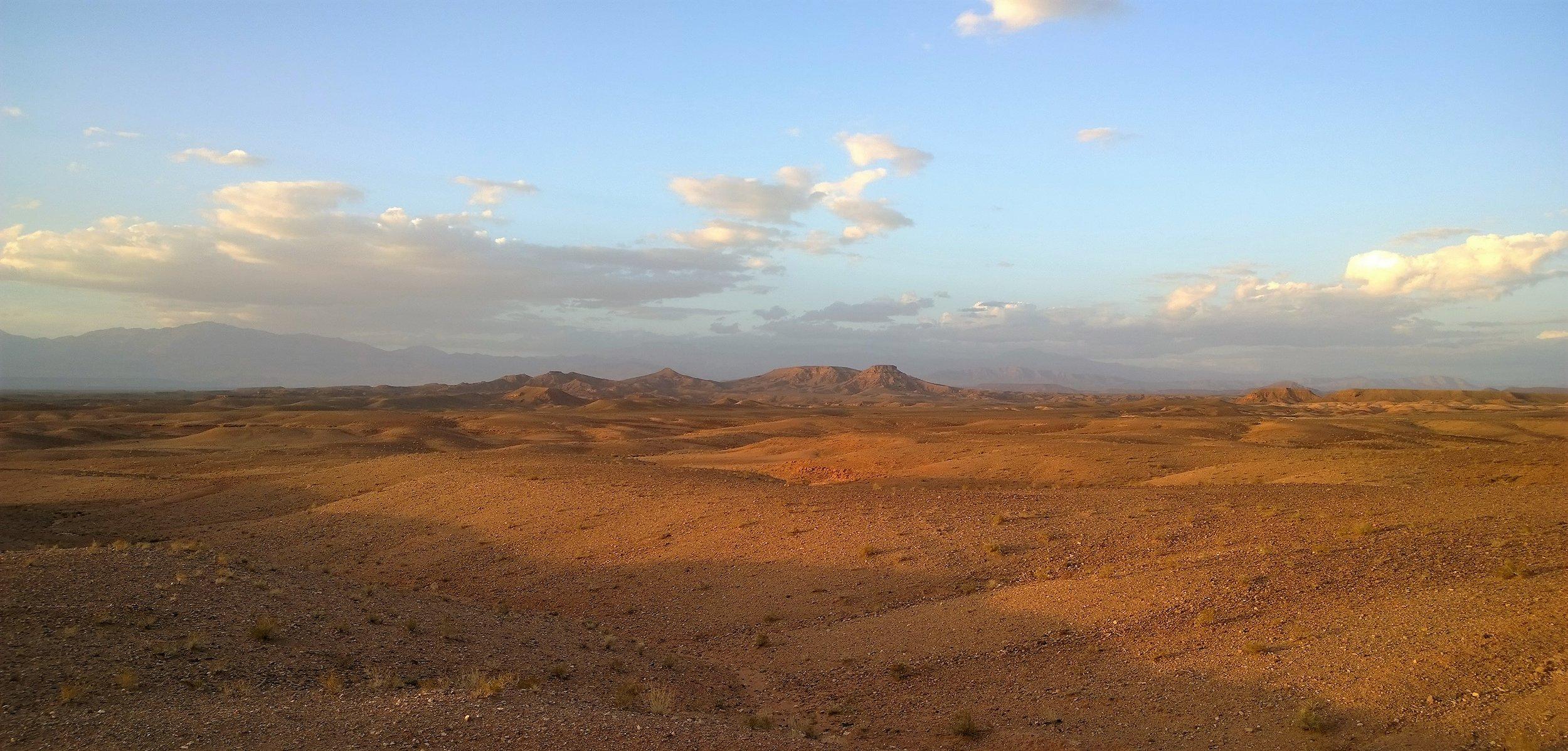 Atlasvuoriston eteläpuolella maisemat ovat jo todella aavikomaisia...