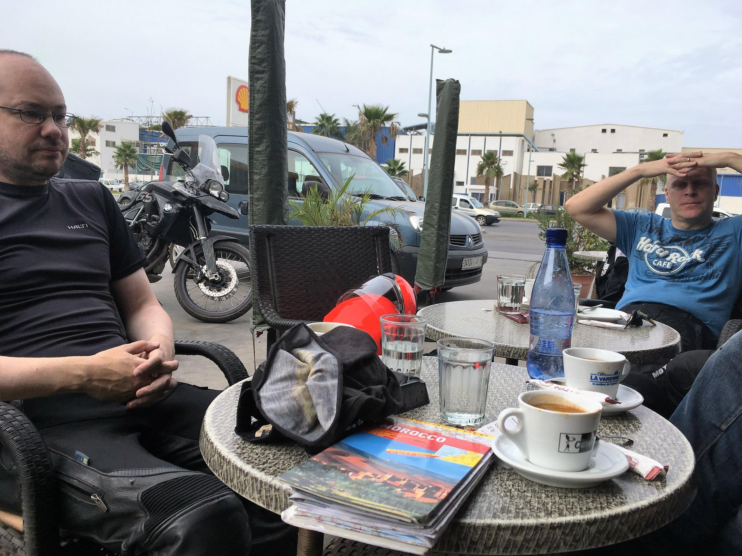 Rabatista poistuessaan pysähdyttiin juomaan vielä Shellille nopeat Espressot ja katsomaan karttaa - mietittiin että harvemmin sitä tulee Rabatin Shellilla hengailtua :)