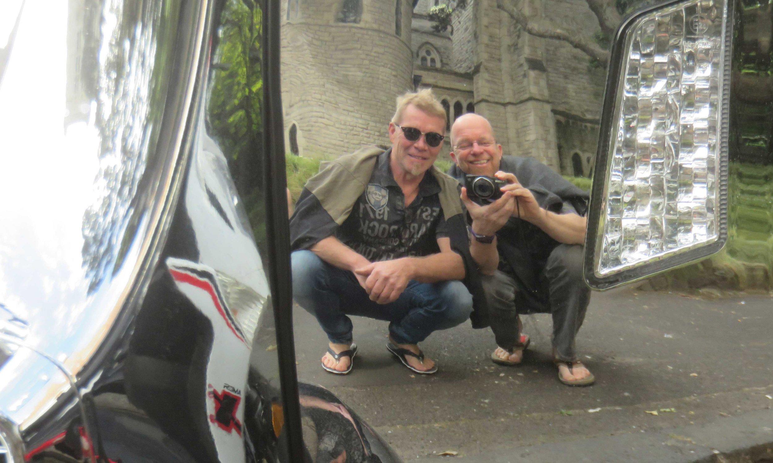 Kaksi motoristoä mopon kromien kiillossa!