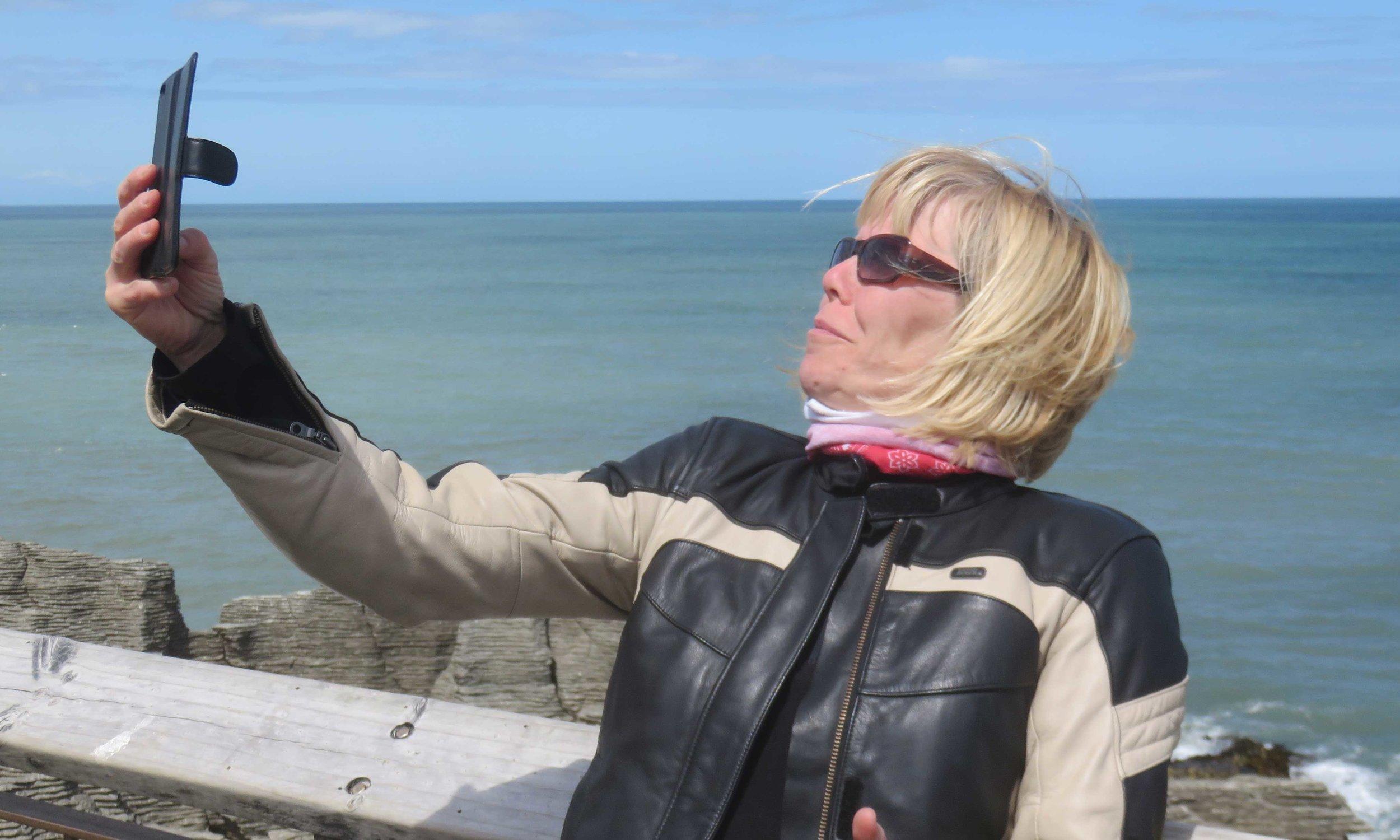 Reija opettelee ottamaan selfieitä Martinen ohjeiden mukaan!