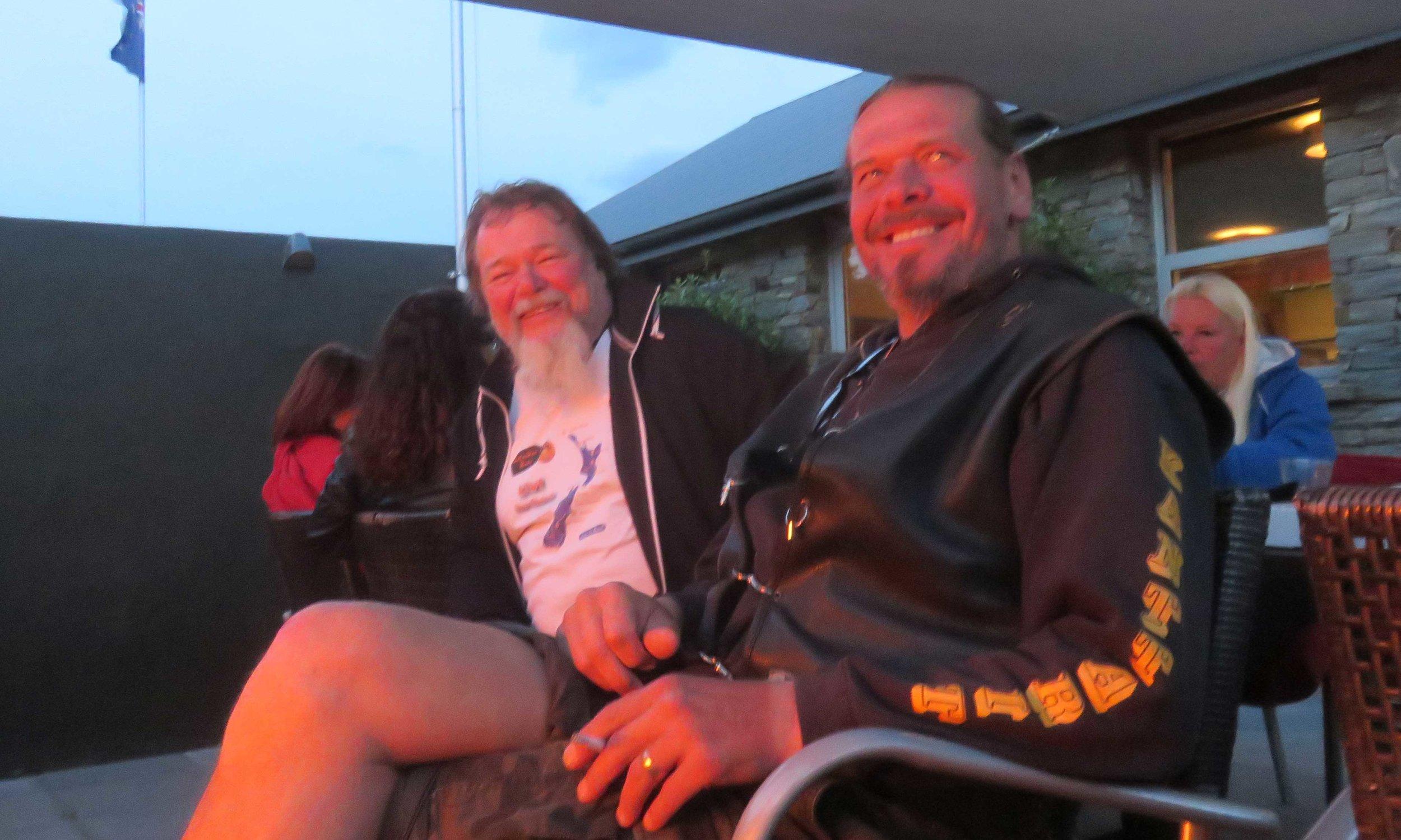 Herra Nils Rinne ja Chief Pekka odottelevat irlantilaisia kahveja tai jotakin muuta takkatulen loisteessa!