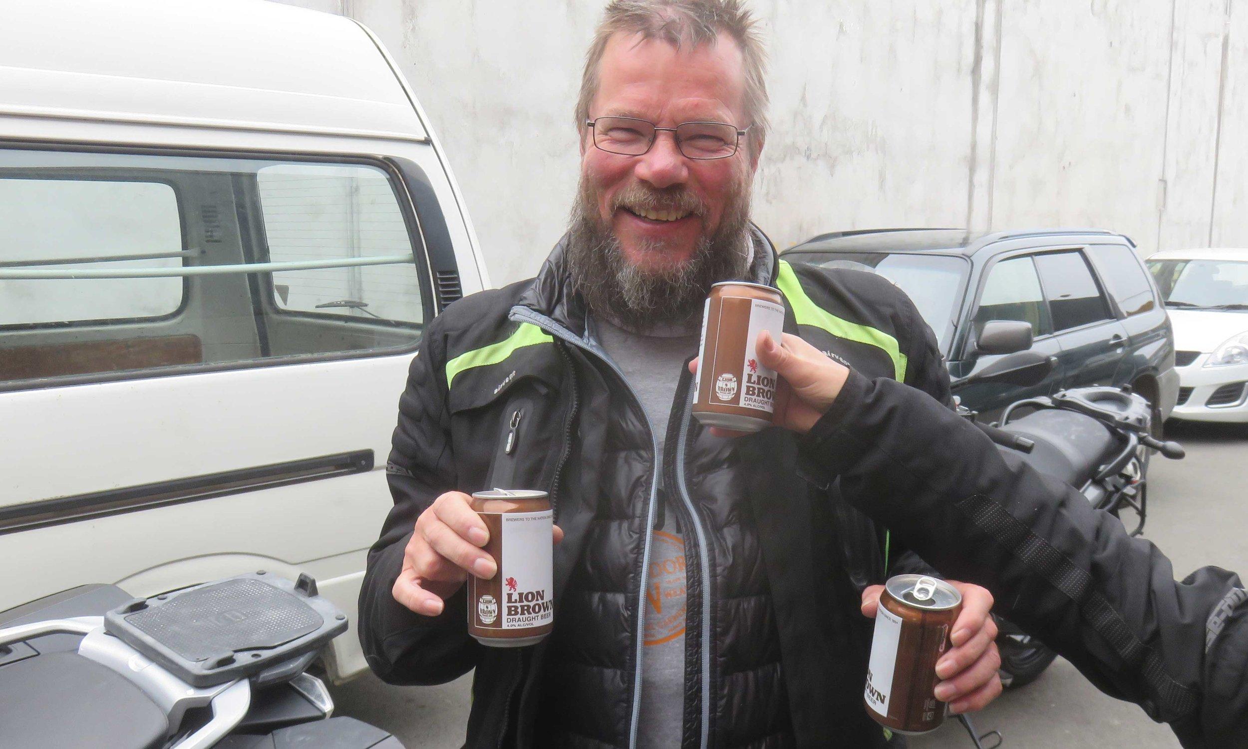 Kimmo on juuri palauttanut bemarinsa ja elämä jatkuu 3 kaljan taktiikalla!
