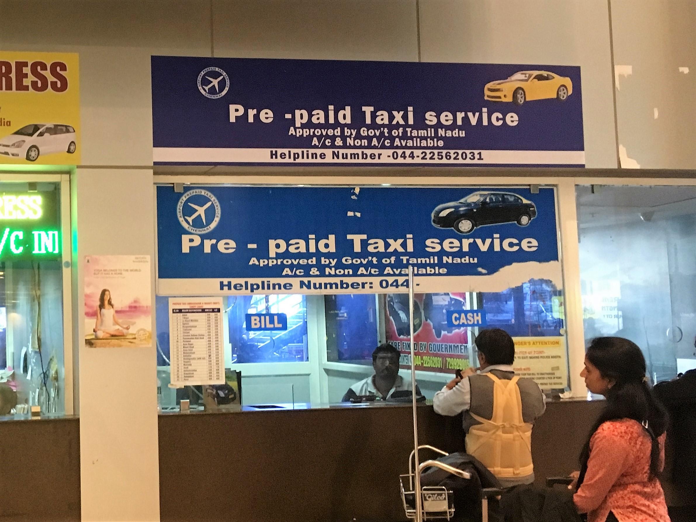 Helpoin ja nopein tapaa päästä lentokentältä hotellille on ehdottomasti pre-paid taksi. Menet tiskille, sanot päämäärän ja maksat pyydetyn summan, saat lipun ja menet taksille. Ei tarvitse enää tinkiä tai selitellä minne olet menossa... Lentokentältä meidän hotellille, Chennain keskustassa, matkaa on noin 30 minuuttia ja koko lysti kustansi 450 Rupia eli 8 euroa.