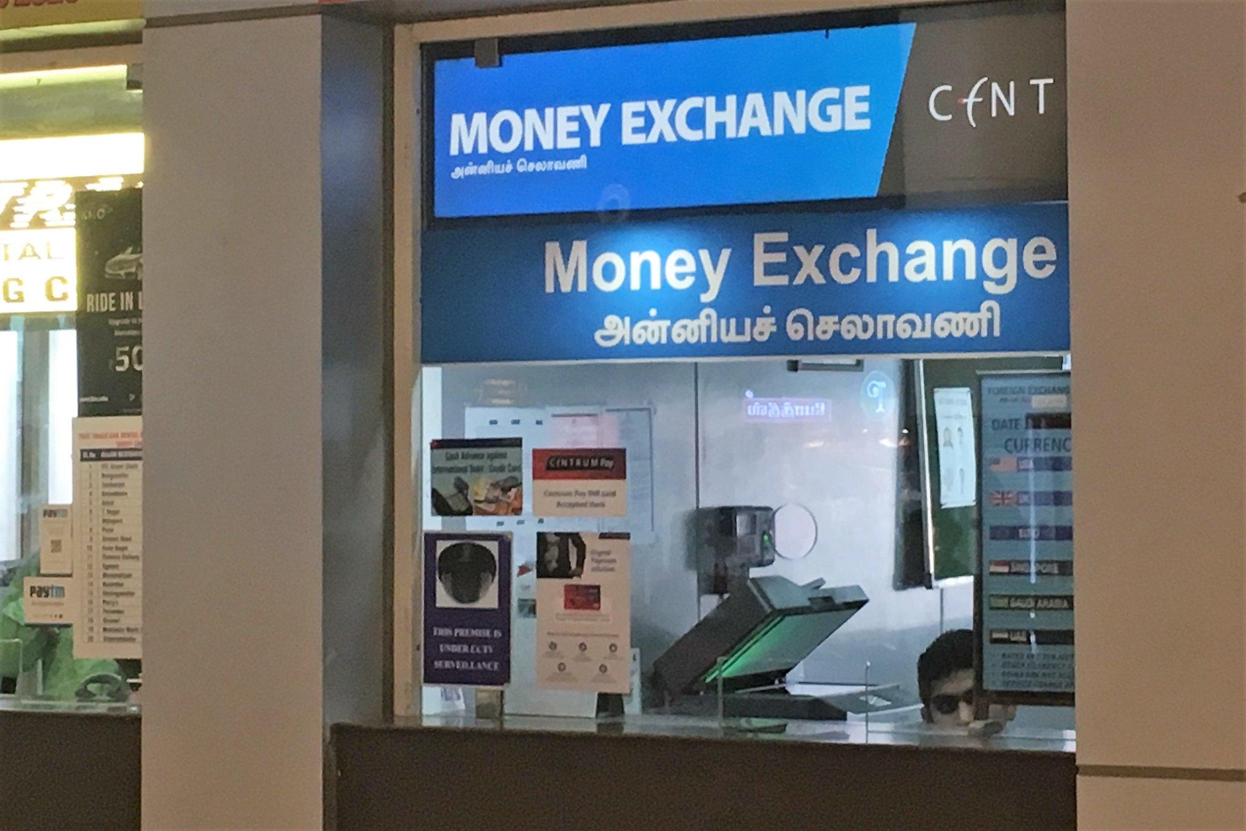 Ensimmäinen rahanvaihtopiste joka oli auki ja vaihtoi Euroja löytyi Chennain lentokentältä. Kerralla sai vaihtaa max. 70 euroa ja kurssi oli lähinnälaillista ryöstöä, mutta minkäs teet kun ei ole vaihtoehtoja... Kurssitaulukko, josta näkyisi päivän kurssi oli tietysti sammutettu, joten veikkaan että sen hetkinen tilanne määräytyy naamakertoimen mukaan :)