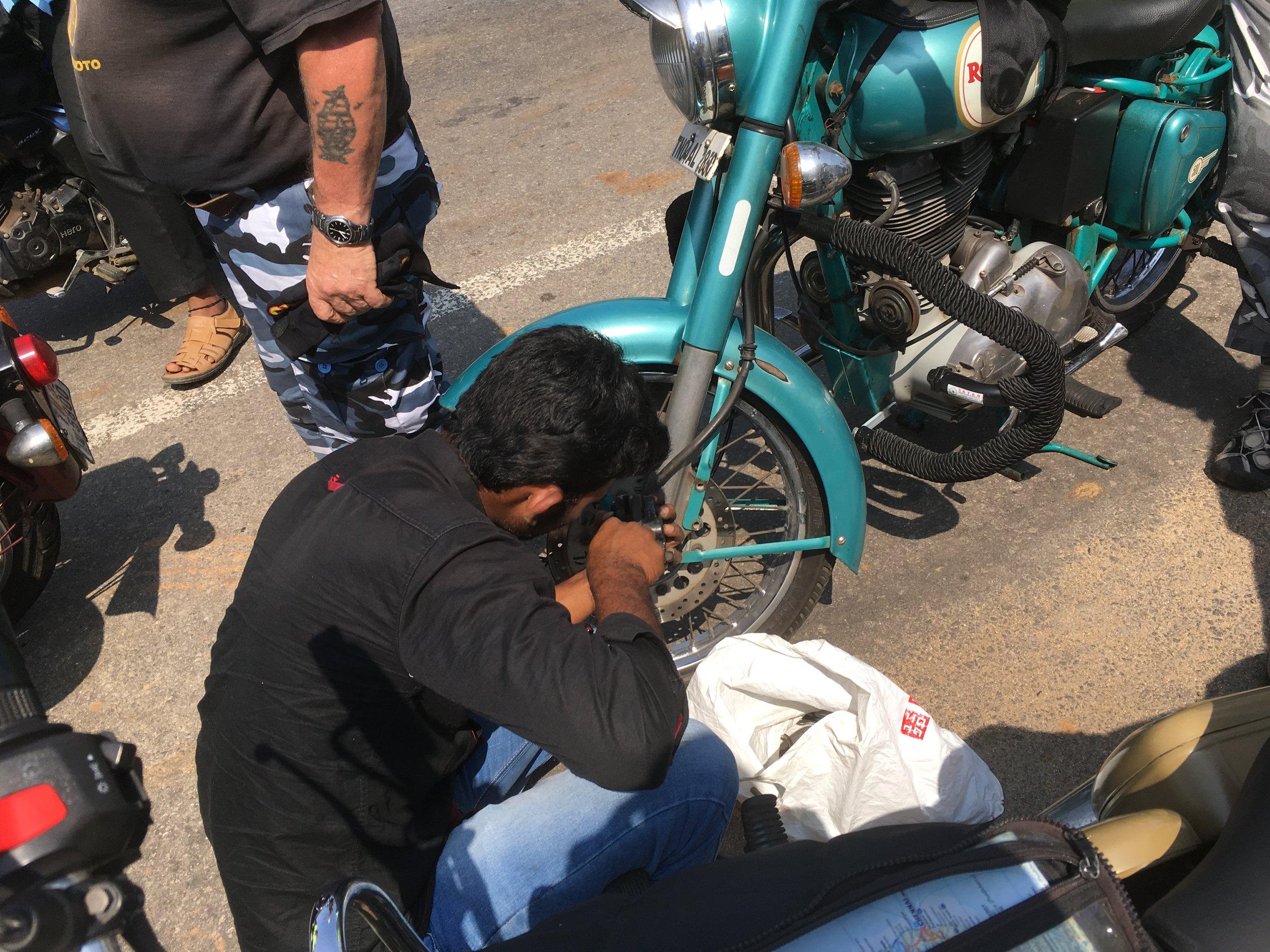 """Sen verran paljon aikaa mekaanikkomme vietti """"Turkoosin Paholaisen"""" edessä tuossa asennossa, että päätettiin antaa Hannun pyörälle lisänimen """"kyykky"""""""