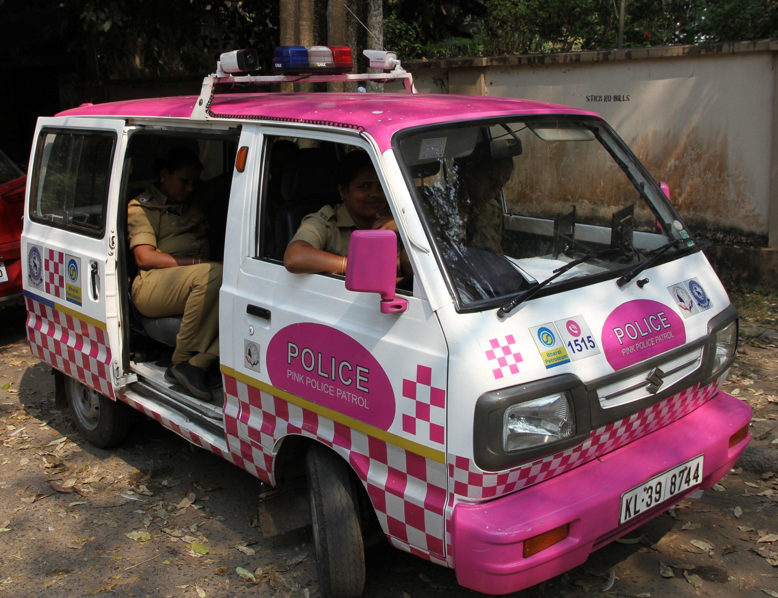 En ole ihan varma mikä on poliisin tehtävä tässä maassa, sillä liikennettä on ihan turha valvoa... Mutta ainakin heillä on itseironiaa ;)
