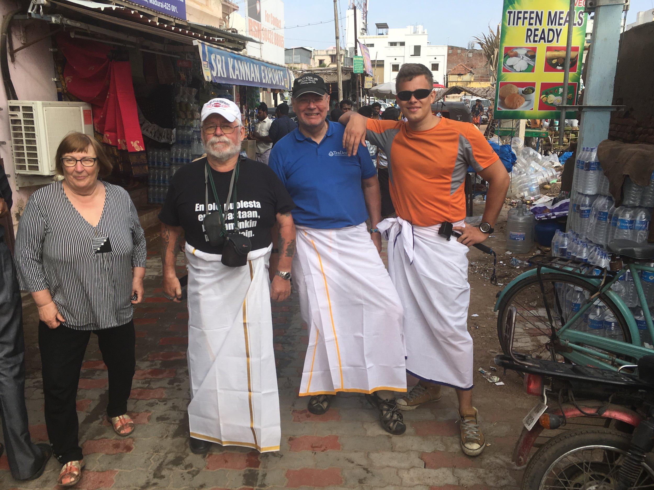 Tehtiin aika amatööri virhe ja lähdettiin temppeliretkelle shortsit jalassa - se ei paikalisille jumalille käy! Huomattiin pian, että paikalliset miehet käyttävät, normaalielämässäkin, hametta tai tarkemmin sanotttuna dhotia. Riksakuskillamme oli tietysti kulman takana serkku joka möi kangasta :) Intiassa kaikki järjestyy...