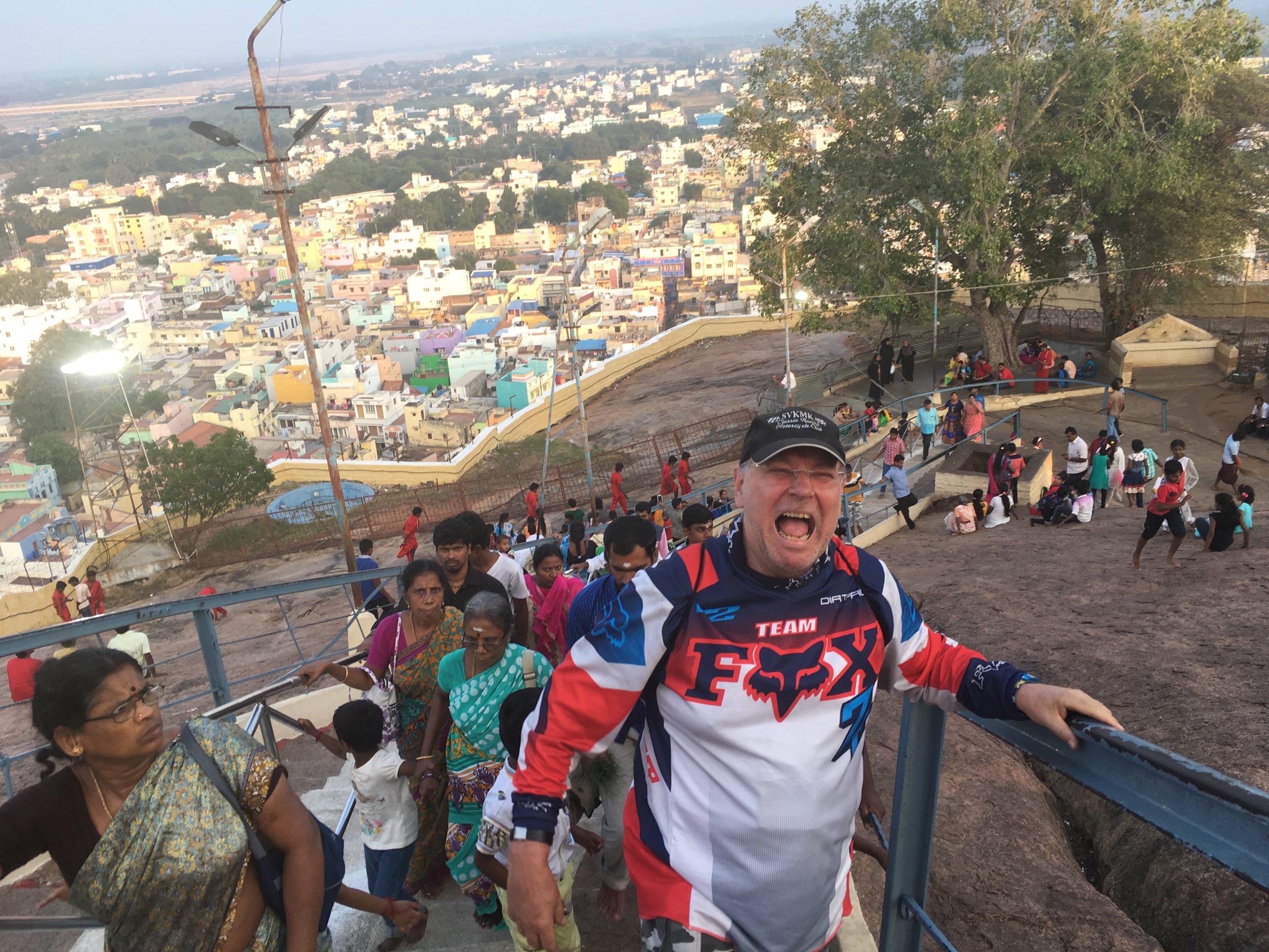 Rock Fort temppelille vie noin 430 rappusta, jotka tunnollisesti kiipesimme valaistuksen toivossa... Hannu hymyilee :)
