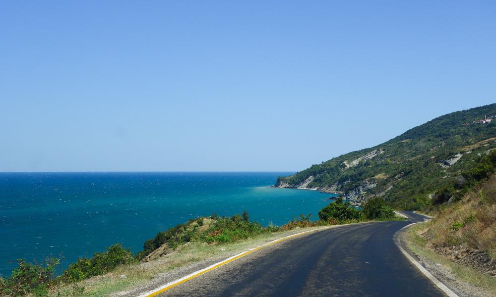 Mustanmeren rannikkoa pitkin kulkee yksi maailman kaunimmista teistä...