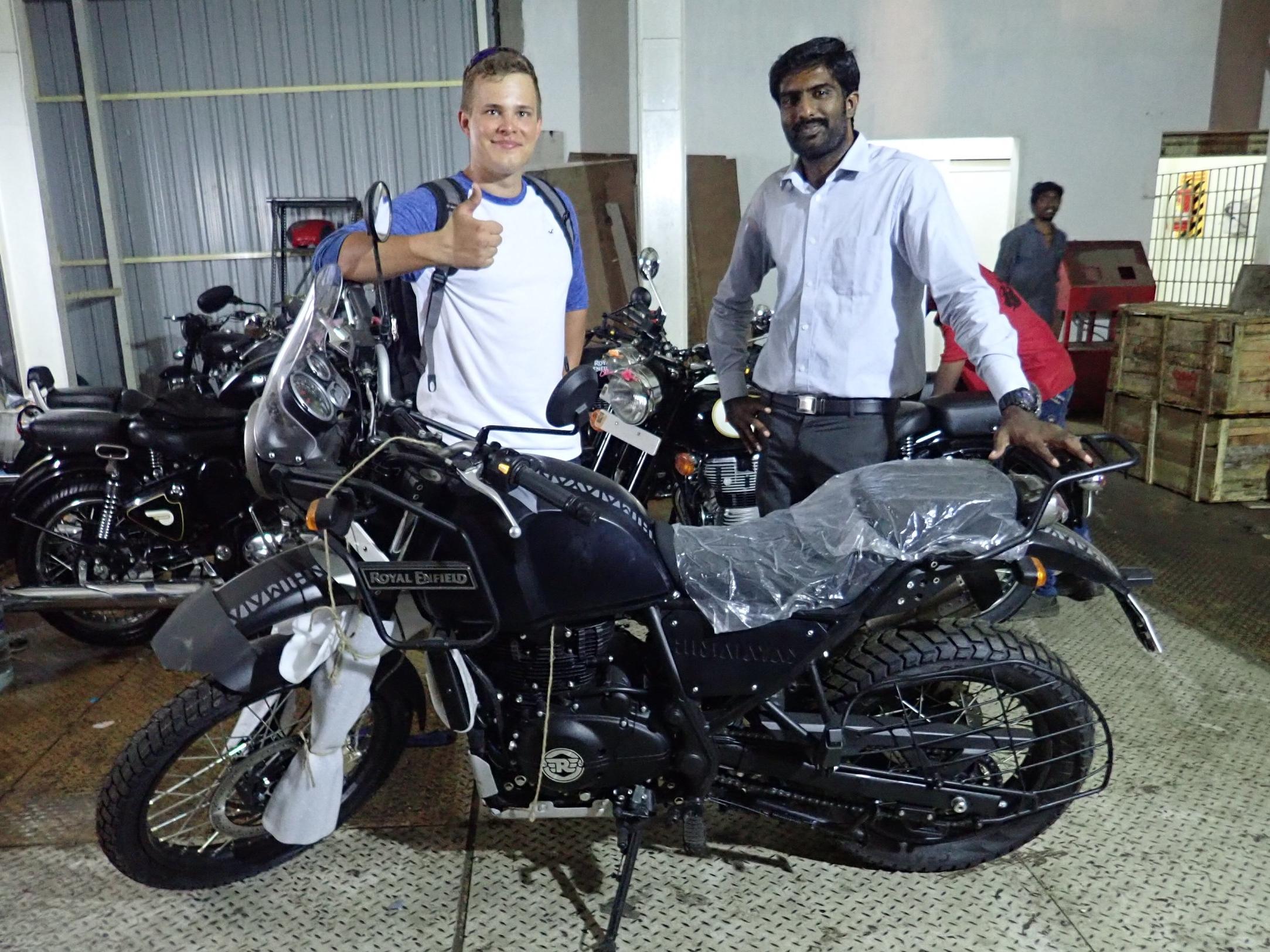 Pyöräostoksilla Chennaissa 03.01.2018 Royal Enfieldin Showroomissa