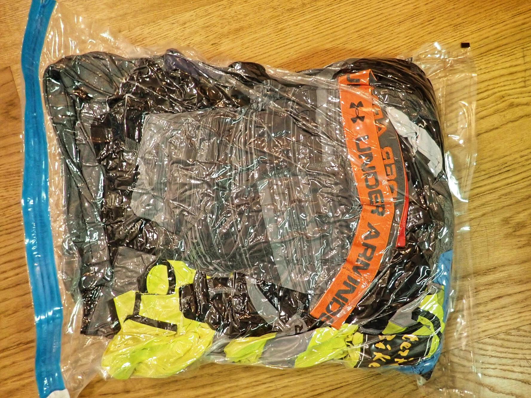 Uudelleensuljettavat vakuumipussit Clas Ohlsonista ovat minun suositus. Turhat ilmat pois matkan ajaksi ja matkan aikana voit käyttää vaikka pyykkipussina.