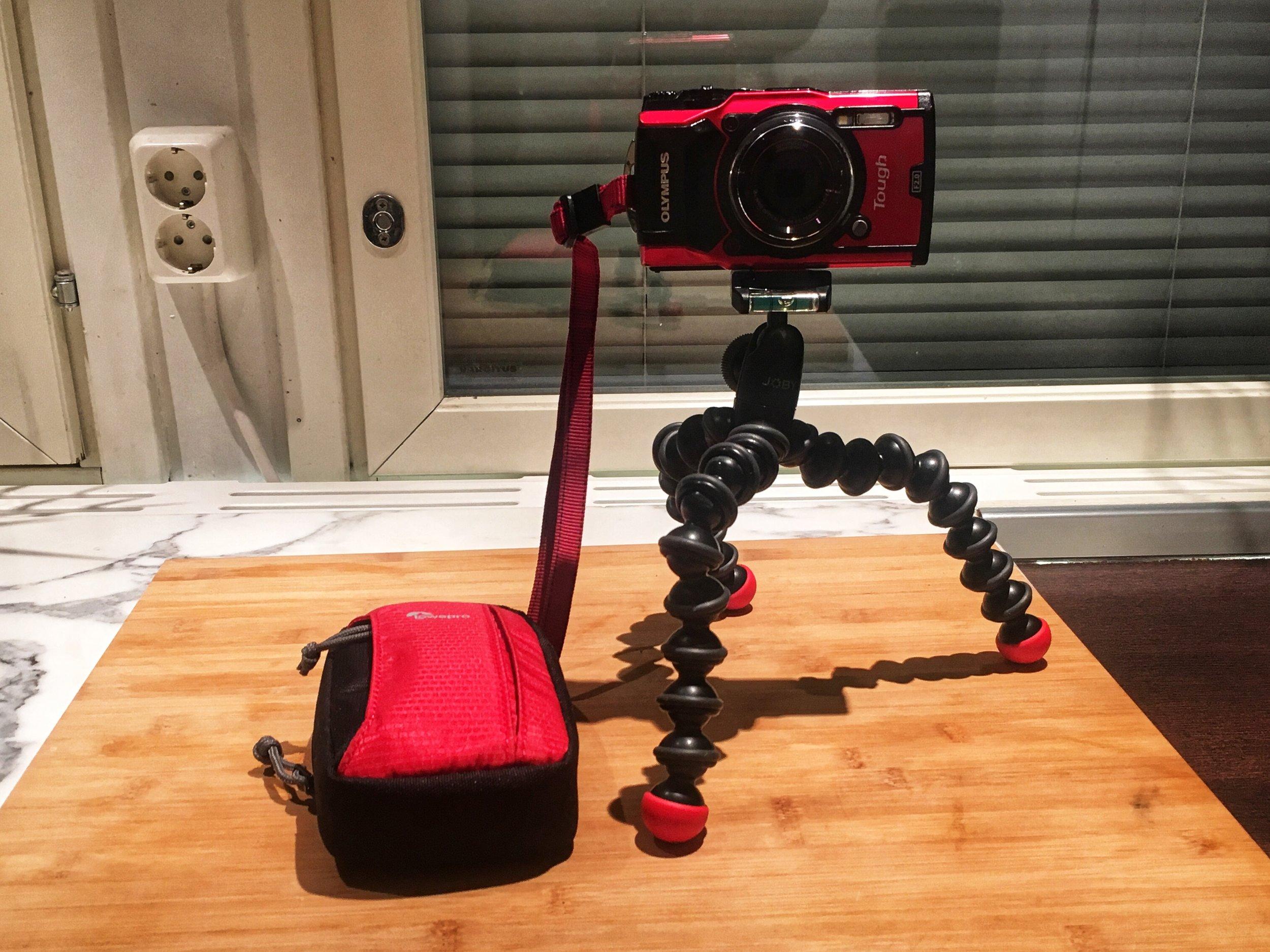 """Kamerana olen käyttänyt Olympuksen TG-5 mallia - kestää vettä 15 metrin syvyyteen, lämpötilavaihteluja ja iskuja + kuvanlaatu hyvä jopa jälkimuokkaukseen. Kuvassa näkyvä """"Joby"""" tripodi sopii niin kameraan kun GoProhon"""