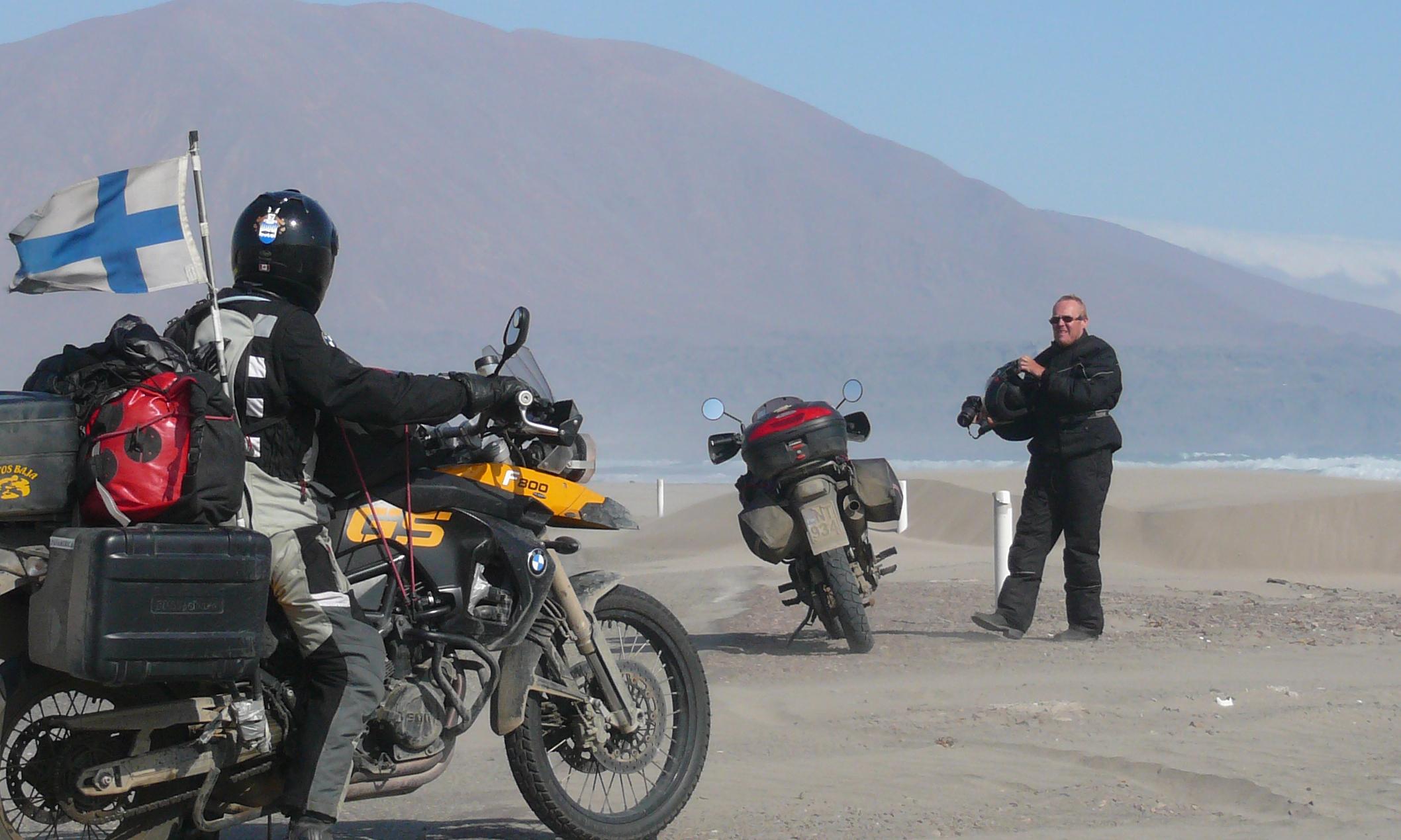 MILLÄ AJETAAN? - Tämä on moottoripyörämatka, joka ajetaan ikiomalla pyörällä. Sopivin on tietty all-road. Vaihtoehtoja matkasektorilla on tänään paljon. Honda TransAlpilla menee ongelmitta. AfricaTwin on kaupoissa. BMW taitaa olla suosituin? Triumph Explorer? Italobellalla rohkein!?Pyörä voidaan rahdata Suomesta tai ostaa Anchoragesta.