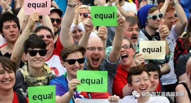 同性婚姻的支持者等待2015年5月23日在都柏林举行的都柏林城公投的结果。 (摄影:PAUL FAITH / AFP / Getty Images)